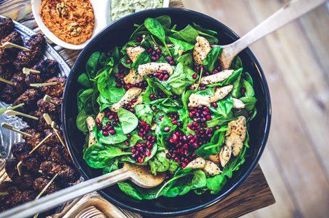 Gesunder Salat - Salat mit Hühnchen, Grünzeug und Granatapfel