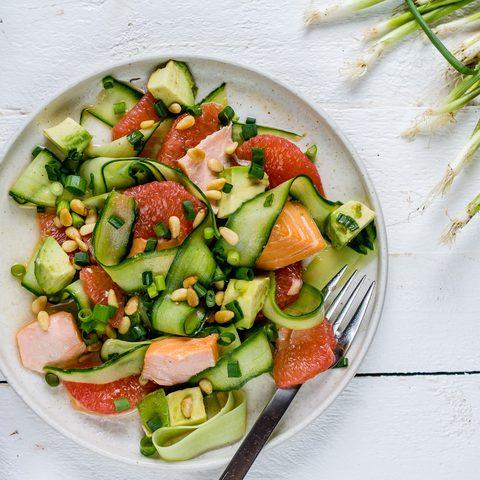 Leichte Sommerrezepte: Erfrischender Avocado-Gurken Salat mit Lachs und Grapefruit
