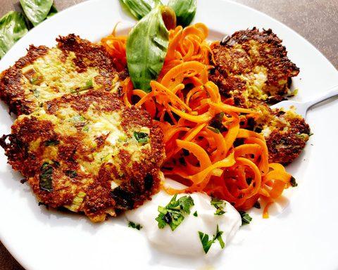 Zucchini Bärlauch-Feta Frikadellen mit Karottensalat