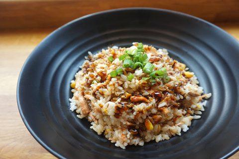 Wieviel Kohlenhydrate am Tag - Teller mit Reis