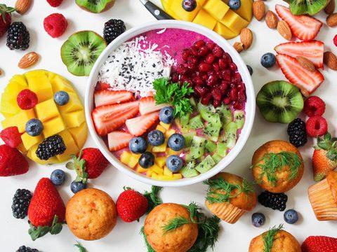 Clean Eating Obst und müsli in einer Schüssel