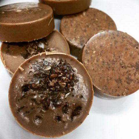 Keto Nougat Schokolade mit Crunch