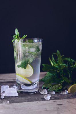 Ein Glas Wasser mit Zitrone und Minze.