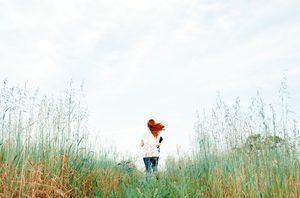 Eine Frau läuft über eine Wiese