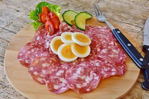Essen ohne Kohlenhydrate - Platte mit Salami und Ei