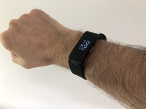 Ein Withings Pulse HR Fitnessarmband an meinem Arm