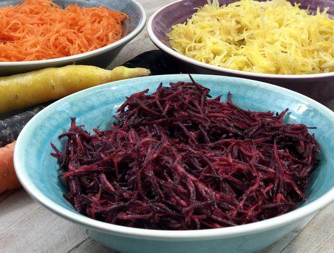 Unterschiedlich farbige Karotten als Zutaten für einen dreifarbigen Karottensalat. Reich an Carotinoiden und Flavonoiden, antientzündlich und antioxidativ. AIP Karottensalat