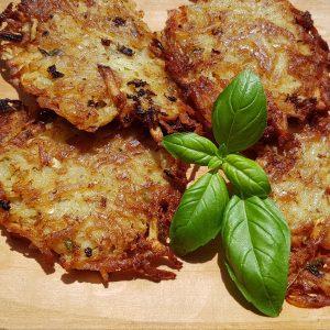 Gegrillter Halloumi Käse auf Süßkartoffel-Rösti mit Himbeer-Grillsauce