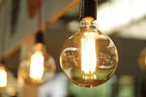 Vitamin B Lebensmittel - Glühbirne mit Energie