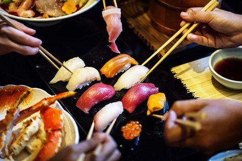 Omega-3-Fettsäuren - Sushi Maki gemeinsam essen