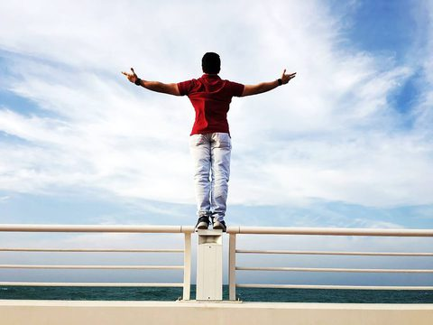 Gesundheit junger Mann vor tollem Himmel